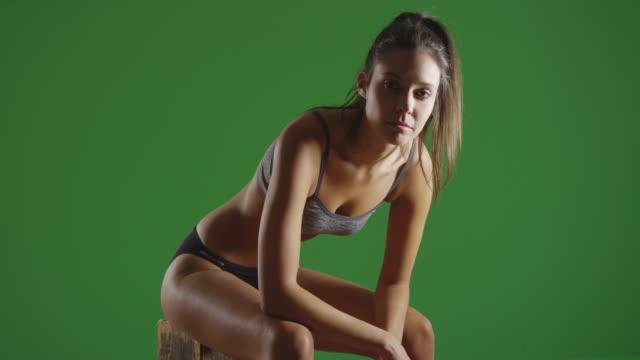 vídeos y material grabado en eventos de stock de young caucasian woman poses for a portrait at the gym on green screen - brazo humano