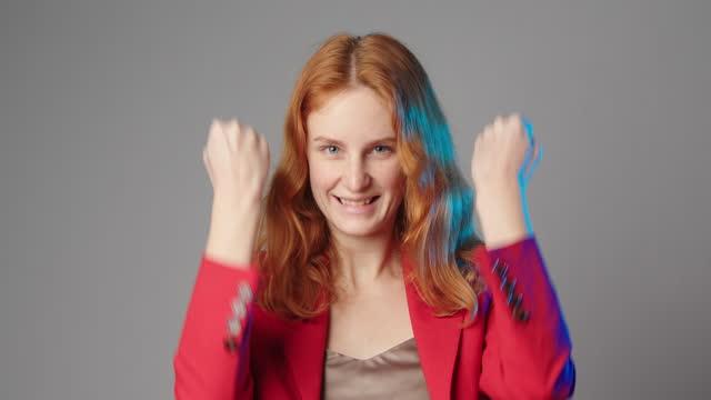 vídeos de stock e filmes b-roll de young caucasian woman rejoices isolated on grey copyspace - cabelo natural