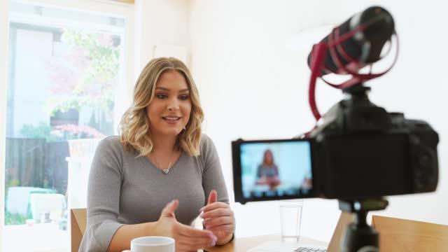 junge kaukasierin vlogging über das geschäftsleben - generation z stock-videos und b-roll-filmmaterial