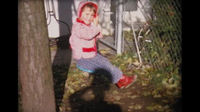 vídeos y material grabado en eventos de stock de 1963 young child on single-rope swing - columpiarse
