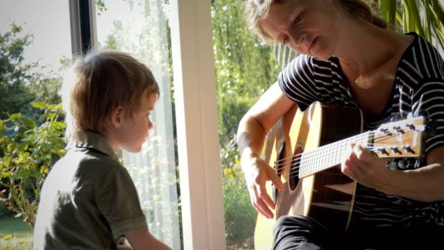 自閉症の子供とその母親