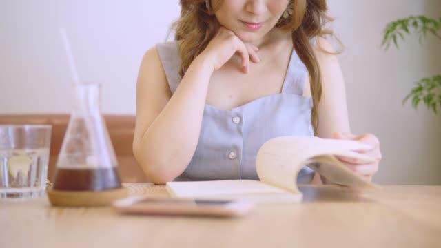 vídeos de stock, filmes e b-roll de jovem estudante chinês com livros na biblioteca - trabalhadora de colarinho branco