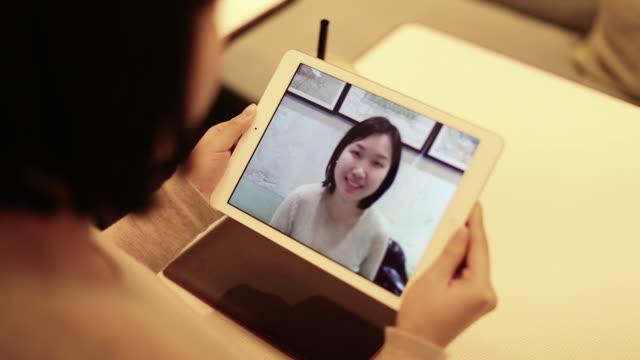 vídeos de stock, filmes e b-roll de young chinese woman using tablet computer - figura feminina