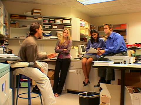 vídeos de stock, filmes e b-roll de young colleagues - envolvimento dos funcionários