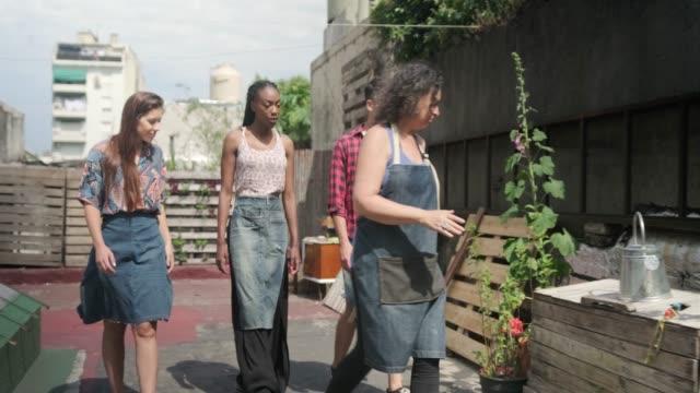 vidéos et rushes de jeunes membres de la communauté en apprendre davantage sur le jardinage sur le toit - partage