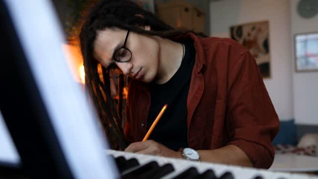 音楽スタジオで夜遅くまで働く若い作曲家 - レゲエ点の映像素材/bロール