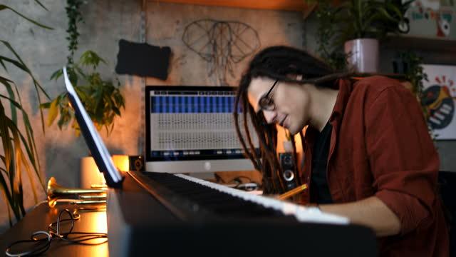 ピアノのための新曲を書く若い作曲家 - レゲエ点の映像素材/bロール