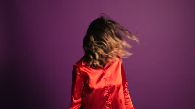 vidéos et rushes de jeune femme confiante - fond coloré