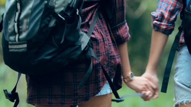 unga par en vandring i skogen - gå tillsammans bildbanksvideor och videomaterial från bakom kulisserna