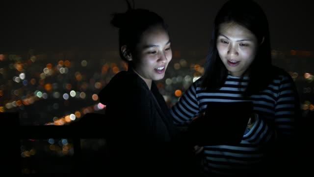 若いカップルデジタルタブレットが使用のためにエンターテイメント、ボケ背景、4 K (UHD)