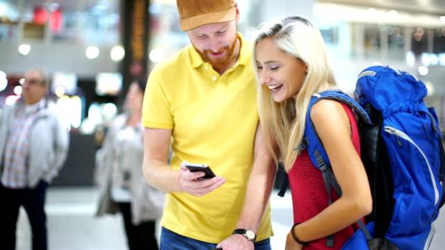空港で若いカップル。 - バッグ点の映像素材/bロール