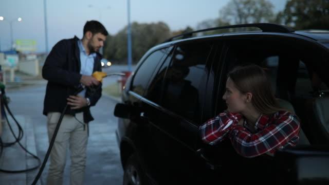 vidéos et rushes de jeune couple à la station-service - serbie