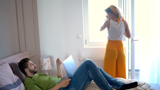 vídeos de stock, filmes e b-roll de pares novos em casa - arrumado