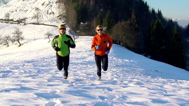 HD: Junges Paar im Schnee running