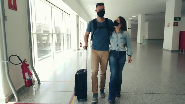 vídeos de stock, filmes e b-roll de jovem casal no aeroporto - turista