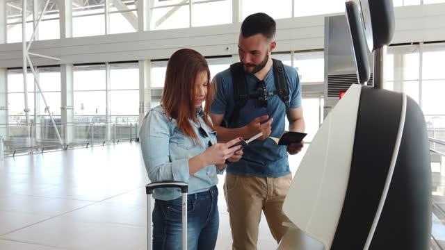 junges paar am flughafen - reisegepäck stock-videos und b-roll-filmmaterial