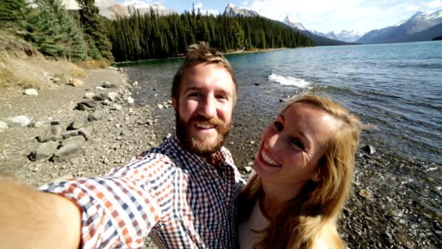 Junges Paar am lake shore nehmen selfie-Porträt