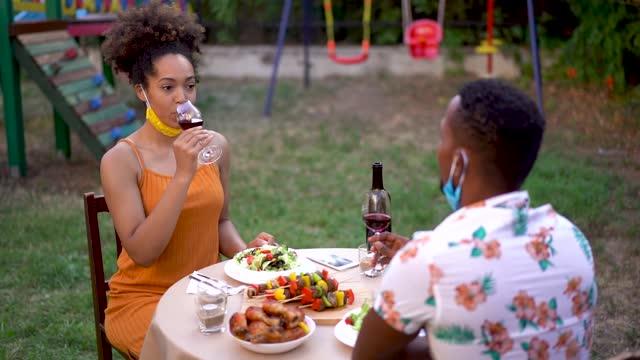 junges paar feiert im hinterhof mit gläsern wein in zeiten der sozialen isolation - dating stock-videos und b-roll-filmmaterial