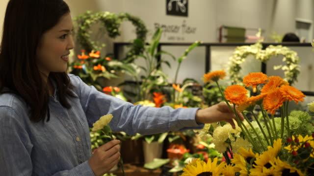 若いカップルが花を買いに来てください。 - 30代点の映像素材/bロール