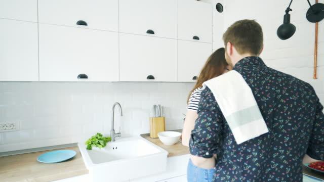 junges paar in der küche. - zungenkuss stock-videos und b-roll-filmmaterial