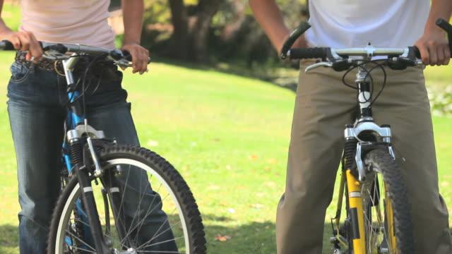 vidéos et rushes de young couple cycling / cape town, western cape, south africa - couvre chef