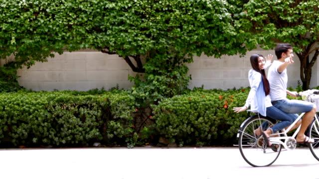 Jovem casal de ciclismo na zona rural. Formato HD.