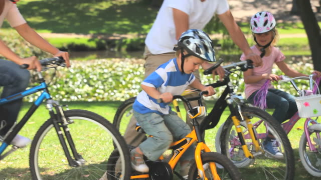 vidéos et rushes de young couple cycling with their two children / cape town, western cape, south africa - casque de vélo