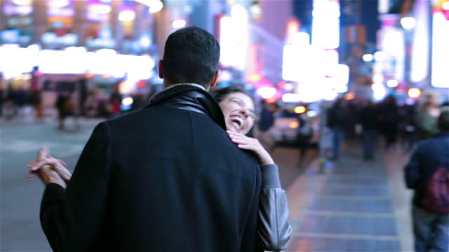 young couple dancing in the street in times square - mit handkamera stock-videos und b-roll-filmmaterial