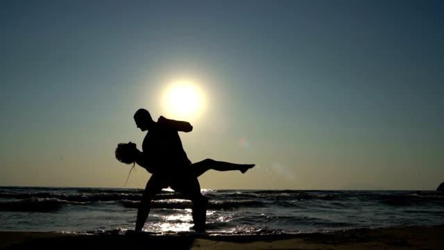 海でサルサを踊る若いカップル - サルサダンス点の映像素材/bロール