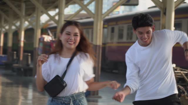 vídeos de stock, filmes e b-roll de dança nova dos pares junto na estação de trem - station