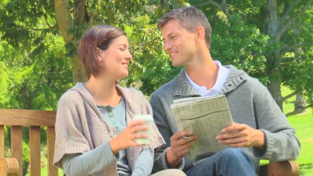 vídeos y material grabado en eventos de stock de young couple doing crosswords / cape town, western cape, south africa - crucigrama