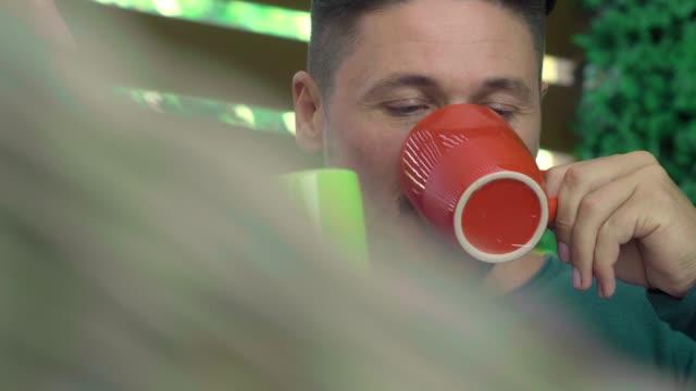 コーヒーを飲む若いカップル - お食事デート点の映像素材/bロール