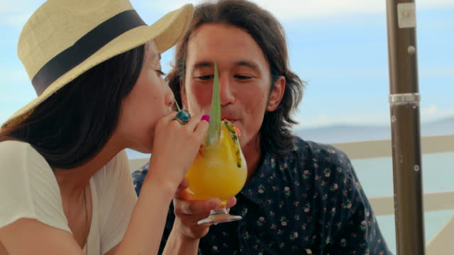 vídeos de stock, filmes e b-roll de jovem casal bebendo. - dividir