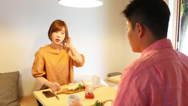 カフェで一緒に食べる若いカップル - デート点の映像素材/bロール