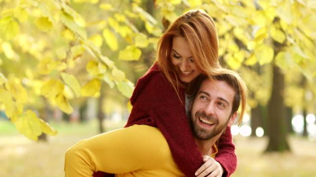 vidéos et rushes de jeune couple appréciant dans le parc en automne - couple hétérosexuel