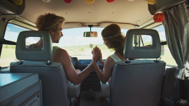 junges ehepaar genießt im sommer eine reise - hände halten stock-videos und b-roll-filmmaterial