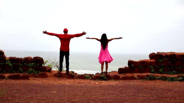 海の景色を楽しむSLO MO若いカップル, ゴア