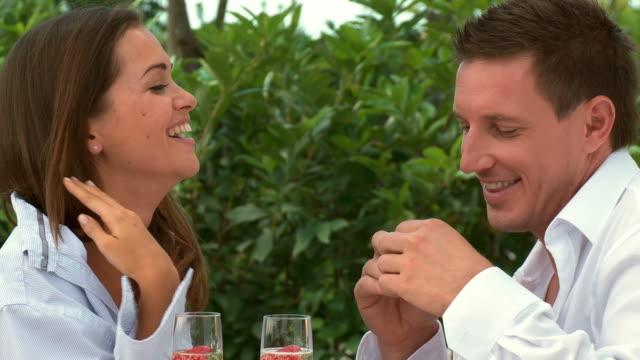 dolly hd: giovane coppia godendo di fragole - nutrire video stock e b–roll