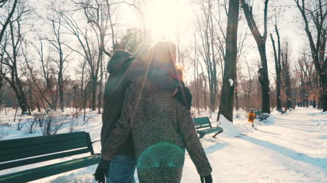 stockvideo's en b-roll-footage met jong (echt) paar genieten van tijd samen in de winter. - muts