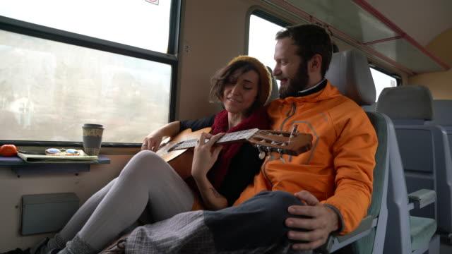 junges paar genießen sie mit dem zug zu reisen - boyfriend stock-videos und b-roll-filmmaterial