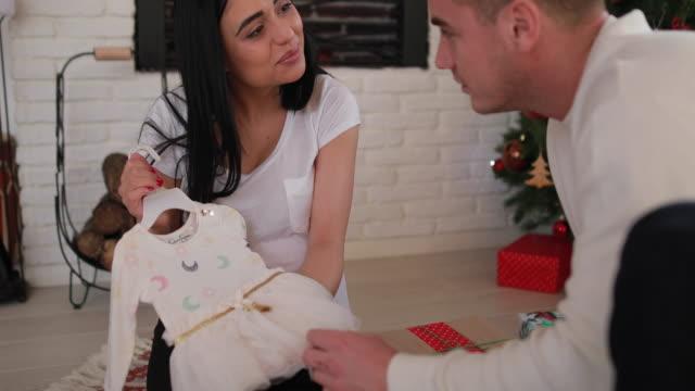 vidéos et rushes de jeune couple attend un bébé - soin prénatal