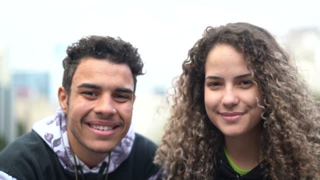 junges paar / freunde portrait - vorderansicht stock-videos und b-roll-filmmaterial