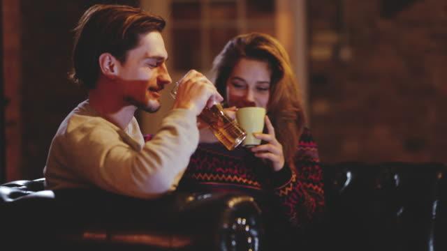 stockvideo's en b-roll-footage met ds young paar met een drankje in een cafe - koffie drank