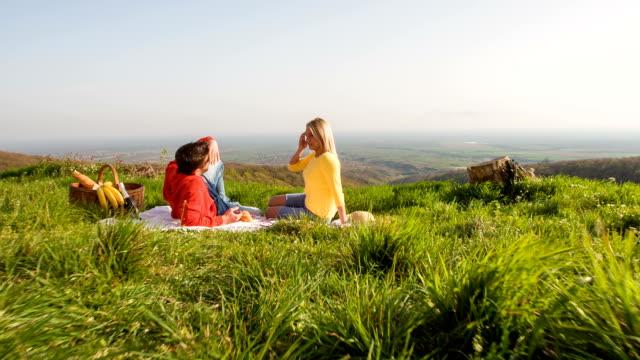 junges paar mit einem romantischen picknick in natur - aussicht genießen stock-videos und b-roll-filmmaterial