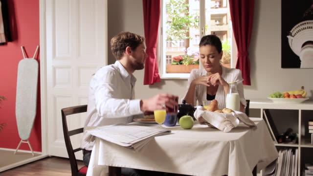 vídeos de stock e filmes b-roll de ms zo zi young couple having breakfast  / berlin, germany - chaleira de chá