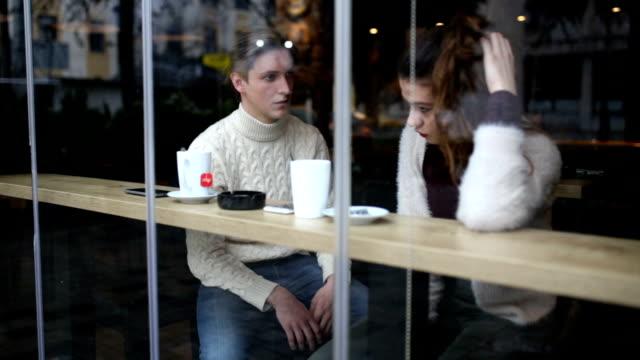 vídeos y material grabado en eventos de stock de joven pareja tener conflicto en cafe - escaparate de tienda