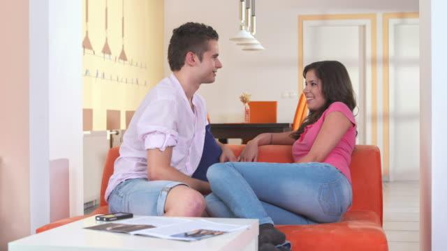 vídeos de stock, filmes e b-roll de dolly hd: jovem casal tendo uma conversa - tímido
