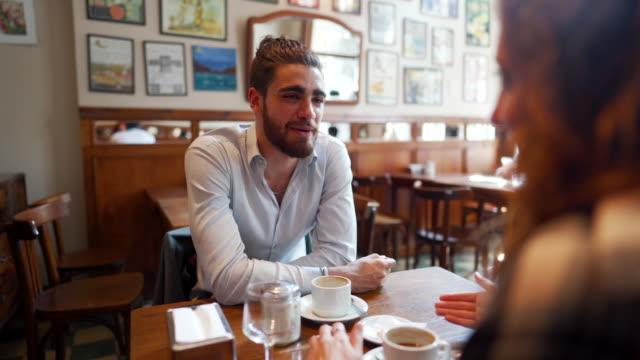 vídeos y material grabado en eventos de stock de pareja joven divirtiéndose en la cafetería local - pub