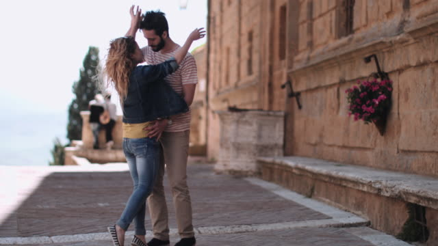 vídeos de stock, filmes e b-roll de young couple having holiday romance - jaqueta jeans