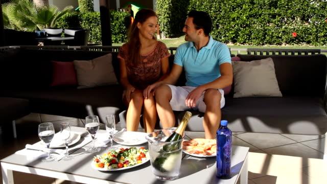 若いカップルが、屋外でのランチ。 - パティオ点の映像素材/bロール